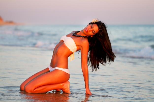 Hermosa joven con bikini