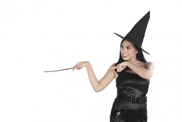 Hermosa joven bruja que señala y conjura algo.