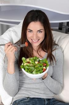 Hermosa joven comiendo alimentos saludables