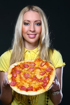Hermosa joven comiendo pizza