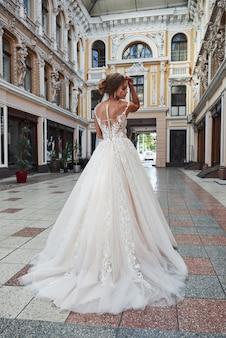 Hermosa joven delicada, novia en lujoso vestido de novia
