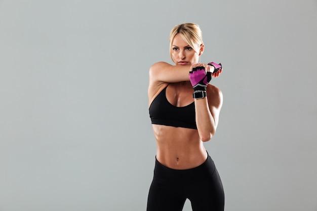 Hermosa joven deportista hacer ejercicios deportivos
