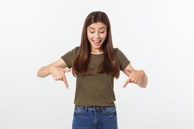 Hermosa joven elegante sobre fondo aislado señalando la mano y los dedos con expresión triste.