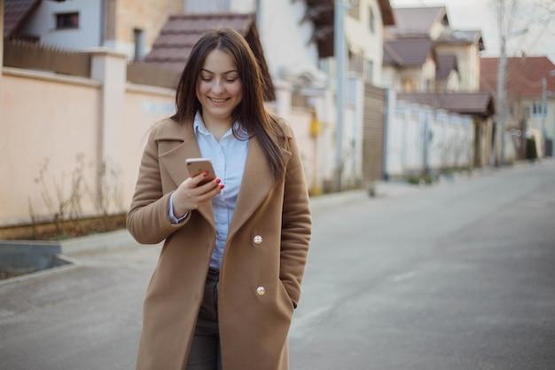 Hermosa joven empresaria entre las casas que vende. concepto de agente inmobiliario.
