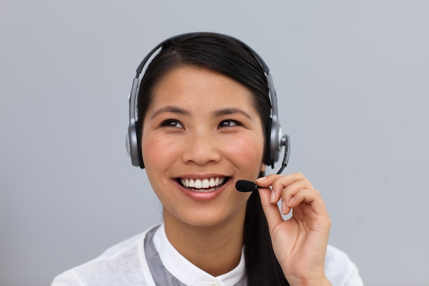 Hermosa joven empresaria usando auriculares