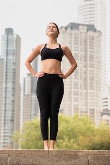 Hermosa joven en entrenamiento de ropa deportiva