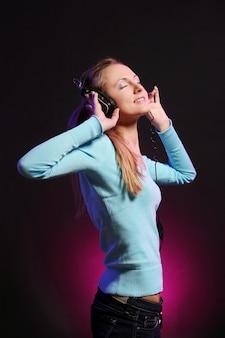 Hermosa joven escucha música