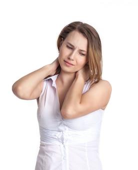 Hermosa joven experimenta dolor en el cuello