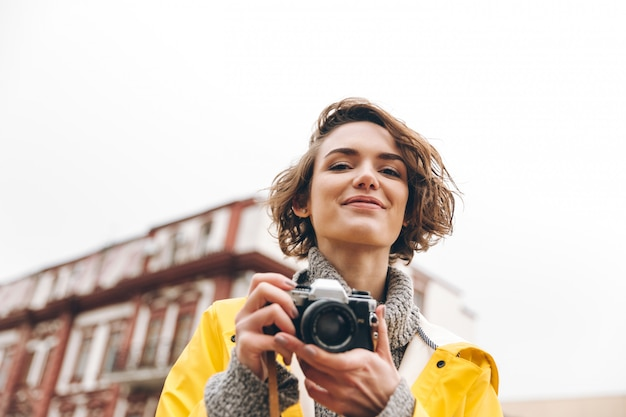 Hermosa joven fotógrafa