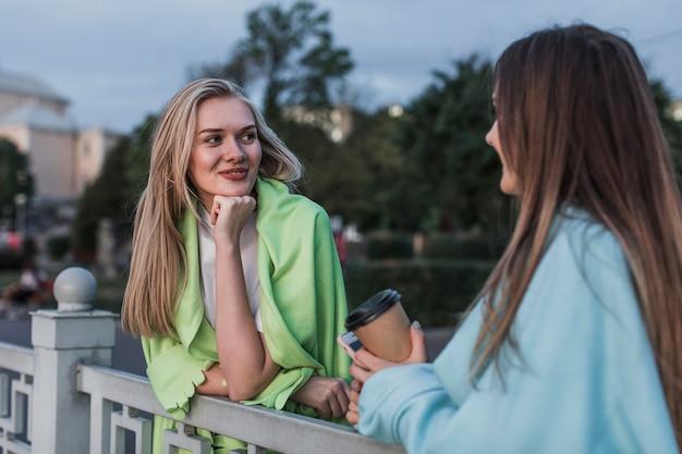 Hermosa joven hablando entre sí