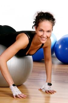 Hermosa joven haciendo fitness