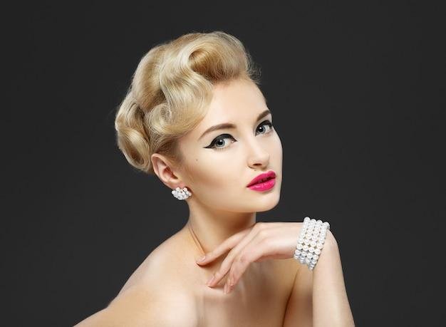 Hermosa joven con joyas