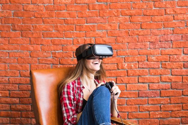 Hermosa joven jugando al juego en gafas de realidad virtual.