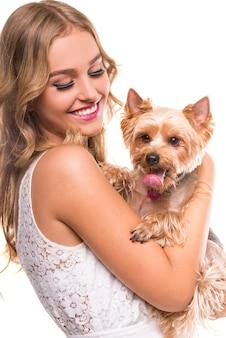 Hermosa joven con lindo perro yorkshire terrier.