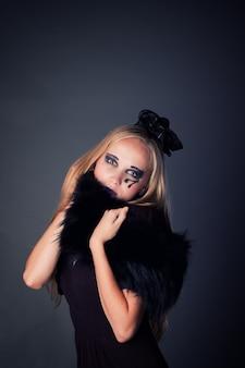 Hermosa joven maquillaje como bruja