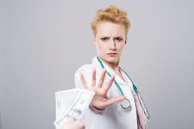 Hermosa joven médico diciendo no a la corrupción
