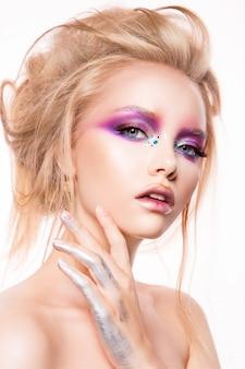 Hermosa joven modelo con maquillaje brillante