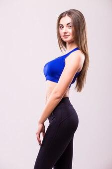 Hermosa joven mujer musculosa deportiva, aislada sobre fondo blanco