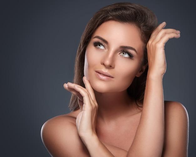Hermosa y joven mujer con pestañas artificiales