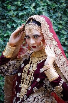 Hermosa joven musulmana modelo femenino indio con vestimenta típica de lujo