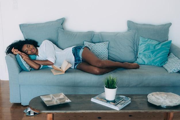 Hermosa joven negra durmiendo en el sofá