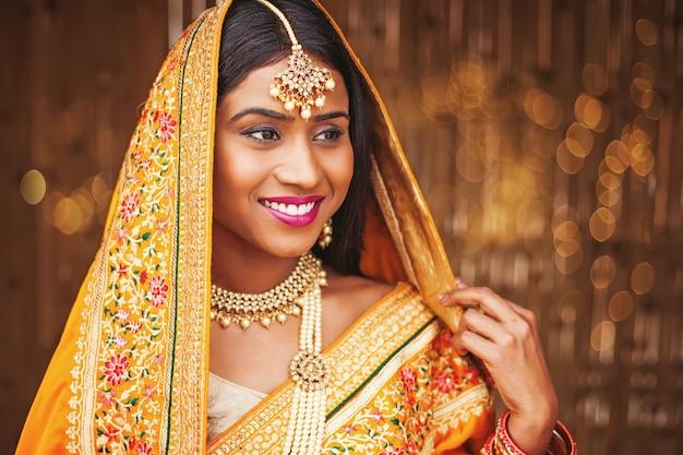 Hermosa joven novia india