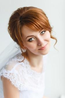 Hermosa joven novia con maquillaje de boda