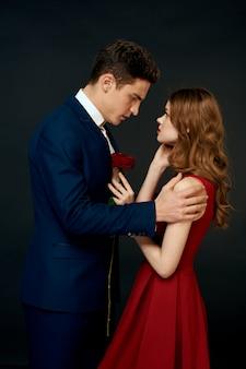 Hermosa joven pareja de amantes de hombre y mujer