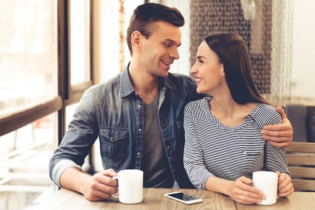 Hermosa joven pareja está bebiendo té.