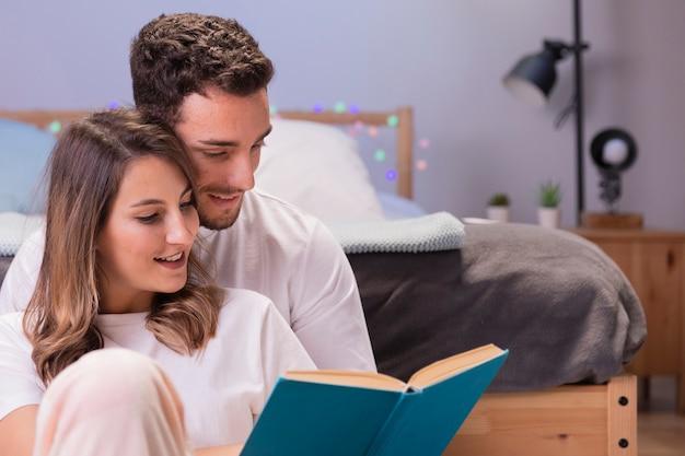 Hermosa joven pareja en la cama