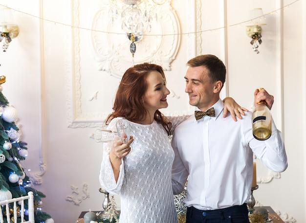 Hermosa joven pareja celebrando la navidad en casa