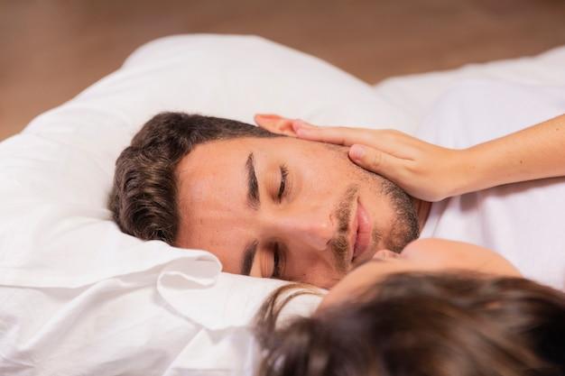Hermosa joven pareja en el dormitorio