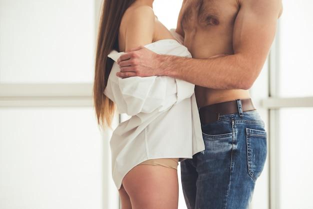 Hermosa joven pareja empezando a hacer el amor.