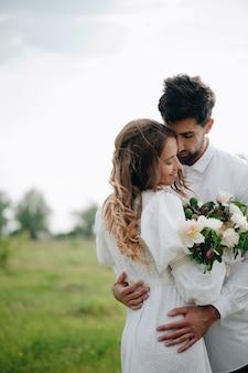 Hermosa joven pareja enamorada