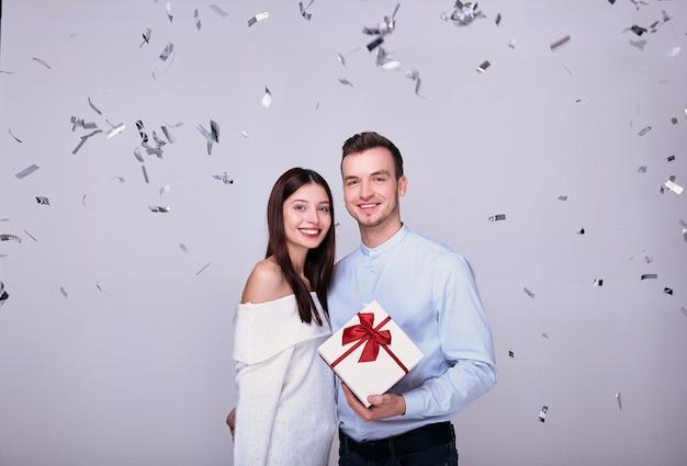 Hermosa joven pareja en el fondo celebra el año nuevo, navidad.