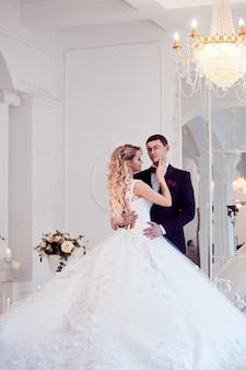 Hermosa joven pareja, la novia y el novio.