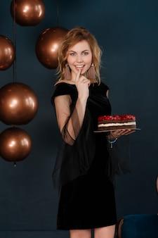 Hermosa joven pelirroja dulce ama los pasteles de dulces y crema pastelera.