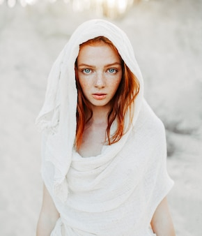 Una hermosa joven con el pelo rojo.