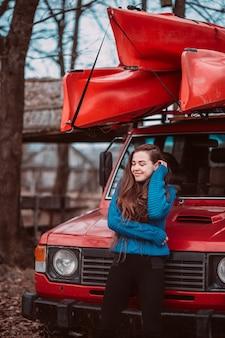 Hermosa joven posando al aire libre