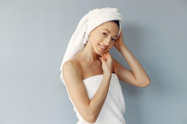 Hermosa joven posando con toallas