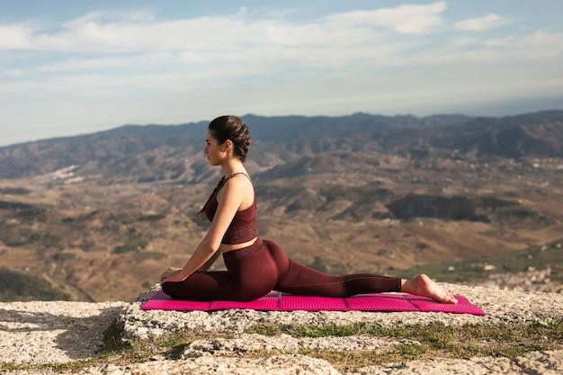 Hermosa joven practicando yoga