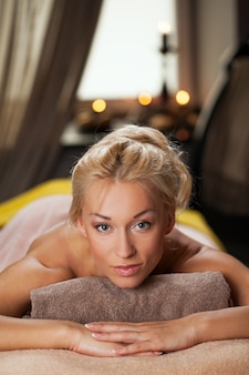 Hermosa joven relajante en un spa