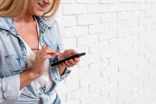 Hermosa joven revisando su teléfono