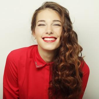 Hermosa joven sonriente.