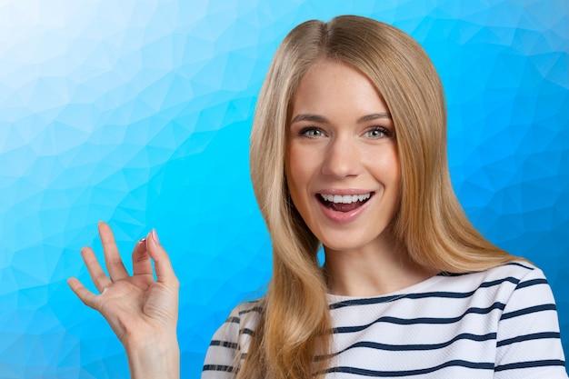 Hermosa joven sonriente