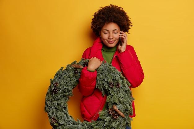 Hermosa joven sosteniendo adornos navideños