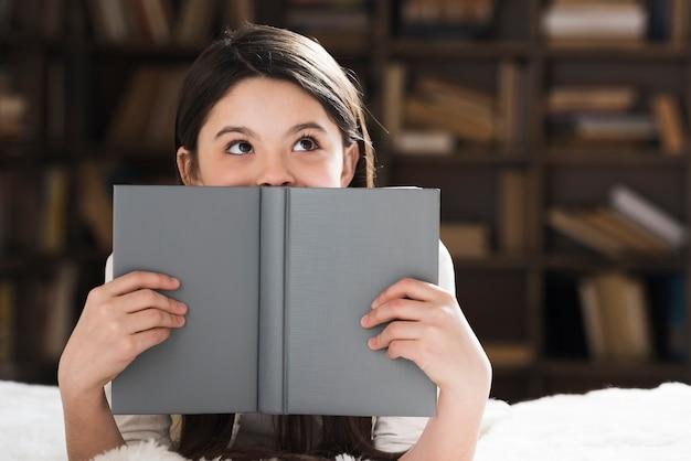 Hermosa joven sosteniendo un libro