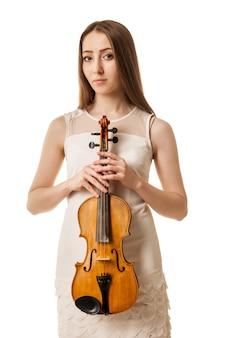 Hermosa joven tocando el violín sobre fondo blanco.
