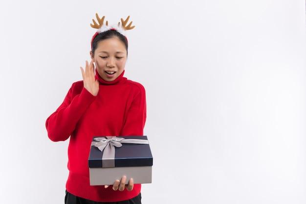 Una hermosa joven toma algunos regalos de navidad