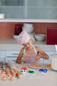 Hermosa joven trabajando en la cocina